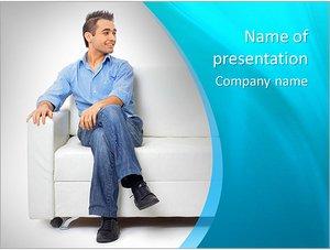 Шаблон презентации PowerPoint: Молодой мужчина сидит на диване