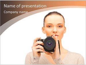 Шаблон презентации PowerPoint: Девушка с фотоаппаратом в руках