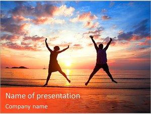 Шаблон презентации PowerPoint: Молодая пара в прыжке на морском пляже на закате
