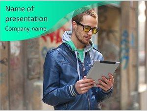 Шаблон презентации PowerPoint: Молодой человек в очках и с планшетом