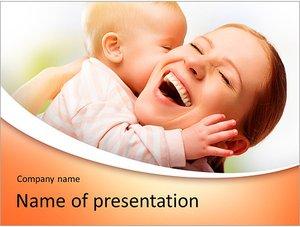 Шаблон презентации PowerPoint: Счастливая мать держит ребенка на руках