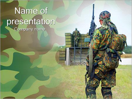 Шаблон презентации Солдат в комуфляже с оружием - Титульный слайд