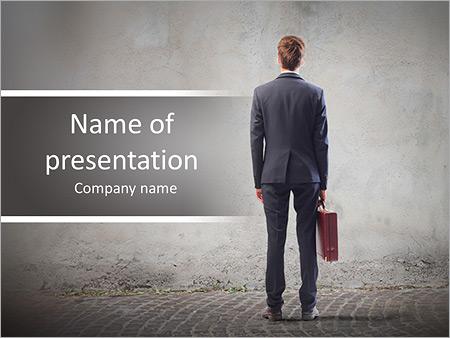 Шаблон презентации Бизнесмен стоит спиной - Титульный слайд