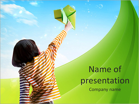 Шаблон презентации Ребенок запускает бумажный самолет - Титульный слайд