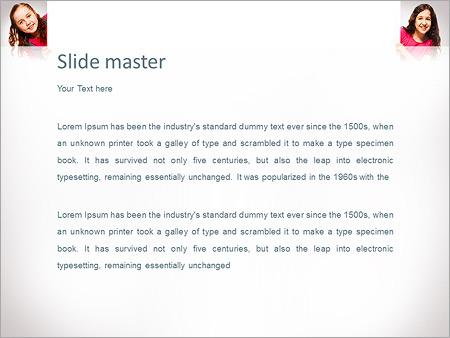 Шаблон PowerPoint Две девочки держат пустой плакат - Второй слайд